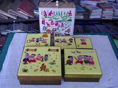 กล่องผ้าไหมไทย ปักชุดการละเล่นของเด็กไทย